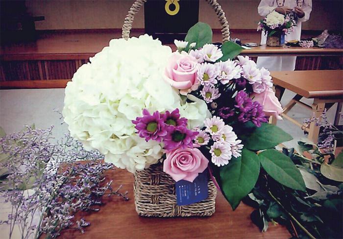 집에서 파티가 열리면 꽃 장식은 지영이 몫이다. 지난해 부모님의 리마인드 웨딩 행사를 꾸민 부케와 꽃 장식 전부 지영이의 작품이다.