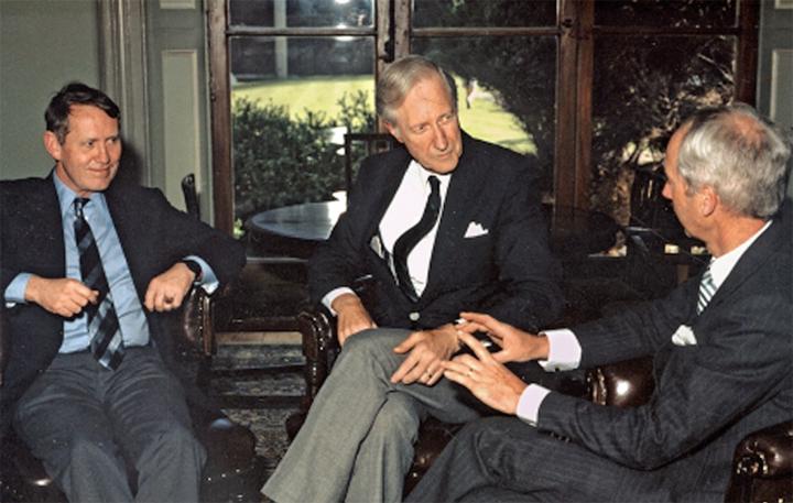 (왼쪽부터) 척 피니, 코넬대 학장 프랭크 로데스, 아일랜드 리머릭 대학 설립자 에드 월시. 척 피니는 첫 기부와 마지막 기부를 그의 모교인 코넬 대학교에 했다.