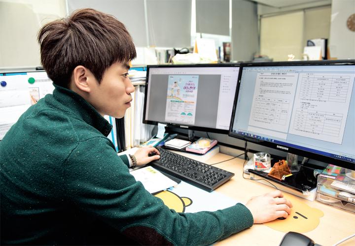 사무국에서 근무하고 있는 푸르메재단 배분사업팀 간사 도동균